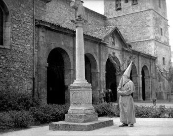 Cofrade de San Juan en la campa de la Iglesia de San Nicolás