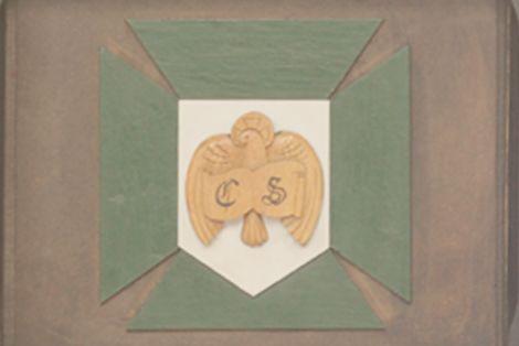 Escudo de la Cofradía tallado en el frontal de la andilla.